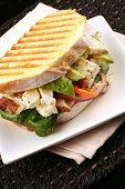Постер, плакат: Куриный сэндвич на поджаренный закваска хлеба с авокадо помидоры черри красный лук сыр Фетта
