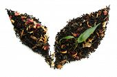 Seco chá preto com folhas verdes, isolado no branco