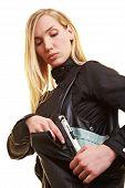 Mujer llevando el arma en el bolso