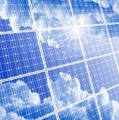 Panel solar con el reflejo de las nubes, cielo despejado y sol radiante. Eps10