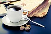Periódico, café y mañana de negocios