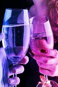 homem e mulher com copos de champanhe, atmosfera de festa íntima