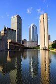 Christian Science Plaza, no centro da cidade de Boston com reflexão de exibição e água urbano da cidade.