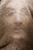 mulher com máscara de gunny no rosto
