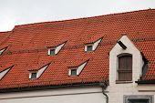 Telhado de telha vermelha em Munique, Alemanha