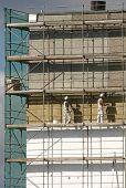 Werknemers op een steiger
