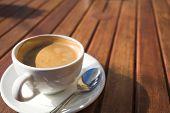 Blanco taza de café en la mesa de madera