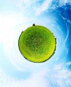 Panorama esférico de un prado verde con árboles y cielo azul