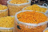Variedad de bocadillos indios en un bazar local