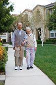 Glücklich lächelnd chinesischen Ehepaares Wandern in Wohnanlage