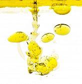 Blasen Öl in Wasser isoliert