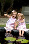 Schöne Kinder waten im Pool
