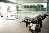 leere Luxus-Spa mit Whirlpool und Swimmingpool