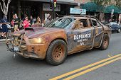 Defiance lei Keeper Dodge carro na rua de San Diego Downtown