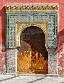 Antiga porta em estilo mourisco em Cordoba-Espanha