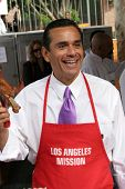 LOS ANGELES - NOVEMBER 22: Mayor Antonio Villaraigosa at The Los Angeles Mission Thanksgiving Meal f
