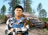 Holzfäller Portrait gegen einen Stapel von Protokollen