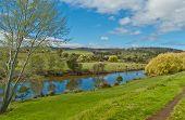 Escena pastoral y río vista Tasmania Australia