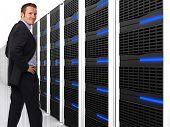 imagem 3D de data centers com lotes de servidor e trabalhador feliz