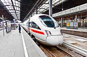 High-Speed-Zug im Bahnhof classicistical