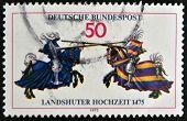 Alemanha - por volta de 1975: Um selo imprimido na Alemanha honoing 500º aniversário de casamento Landshut (fest