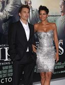 LOS ANGELES - 24 de OCT: Olivier Martinez & Halle Berry llegando a