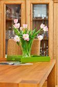 Ramo de tulipanes Rosa flores en florero de cristal sobre la mesa de madera