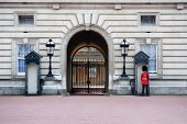 foto of beefeater  - image of the guard at buckingham palace - JPG