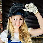 Hermosa mujer en soldador