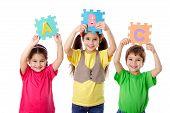Tres niños con Letras