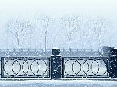 Sneeuwval In Park met de rivier Canal en de brug.