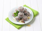 porção de bombons de chocolate polvilhado com coco, em um prato