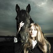 Moda Retrato de una bella mujer y caballo