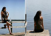 Frau sitzt auf einem Ponton