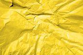 Papel amarillo arrugado