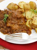 Folhas de curry madras manteiga carne ao curry, batatas e guarnecido com coentro