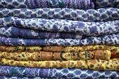 Pilha de cobertores indianos coloridos