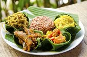 Curry vegetariano tradicional con arroz en Bali, Indonesia