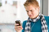 Männliche Teenager mit Mp3-Player und Ohrhörer