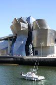 Barco de motor más allá del Museo Guggenheim