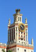 Torre dos edifícios monumentais de estilo de Stalin