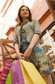 Jovem mulher em Shopping Center