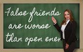 Lehrer zeigen falsche Freunde sind schlimmer als die offene Feinde auf blackboard