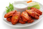 Buffalo chicken wings con salsa de queso azul