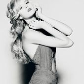 Hermosa mujer rubia con vestido elegante. Foto de moda