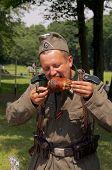 Soldat isst