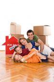 Feliz familia tendido en el piso de su nuevo hogar