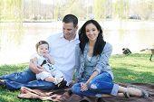 schöne Familie genießen im park