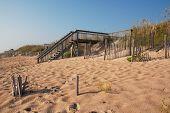 Escada de madeira sobre uma duna de areia