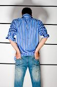 Jüngling misstrauisch in Polizei-Station im Line-up, von hinten